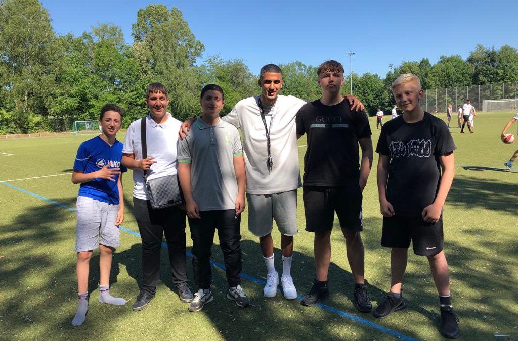 Prominenter Besuch beim Fußballturnier der FES