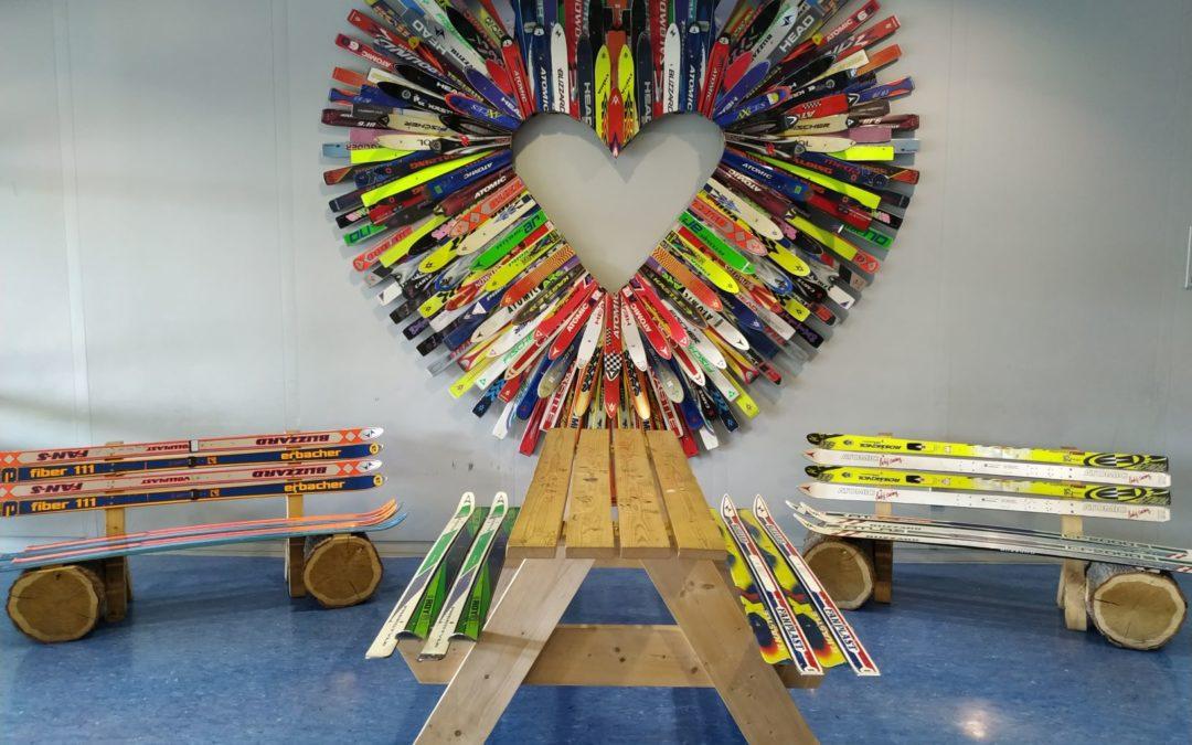Ein Herz aus Skiern